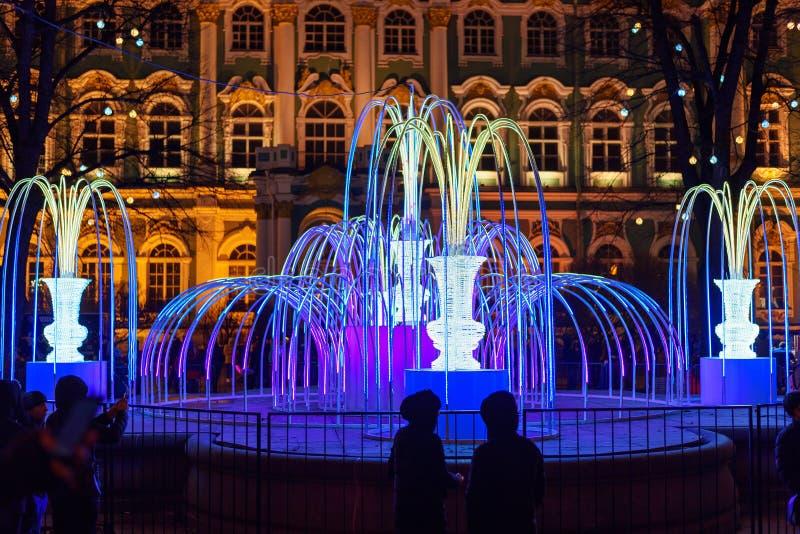 Fuente encendida cerca del palacio del invierno en noche St Petersburg Rusia foto de archivo libre de regalías