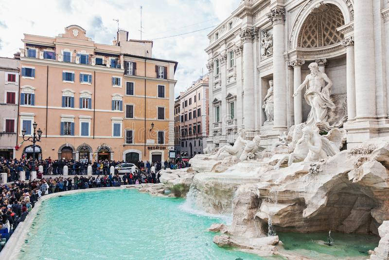 Fuente famosa del Trevi con la muchedumbre turística en Roma foto de archivo