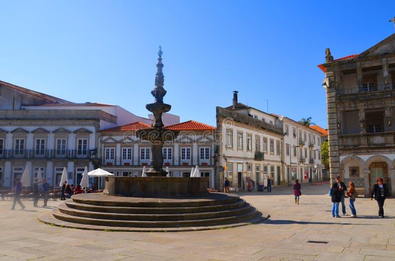 Fuente famosa y ayuntamiento viejo de Chafariz en el Praca DA Republica en Viana do Castelo, Portugal imagen de archivo