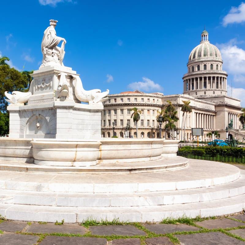 Fuente famosa y el capitolio de La Habana fotografía de archivo