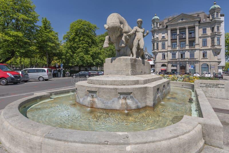 Fuente Geiserbrunnen en la plaza Burkliplatz en Zúrich, Suiza imagen de archivo libre de regalías