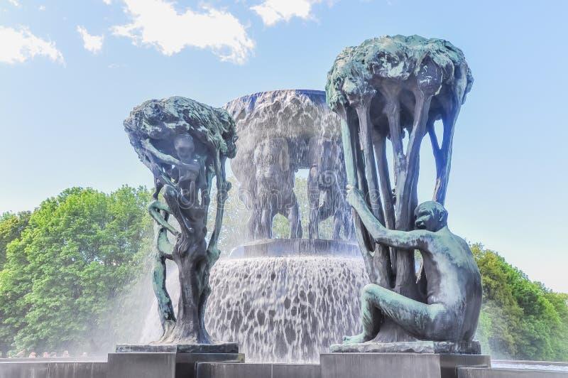 Fuente hecha de estatuas humanas en Oslo, Noruega imagen de archivo