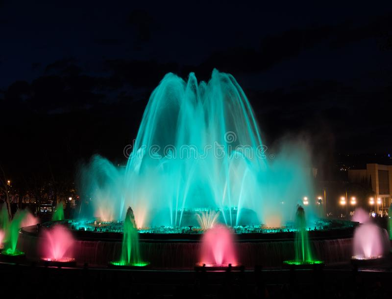 Fuente mágica en Barcelona, demostración de la noche fotografía de archivo