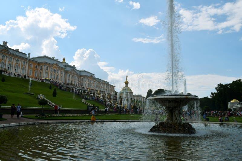 Fuente magnífica de la cascada delante del palacio magnífico en Petergof imágenes de archivo libres de regalías