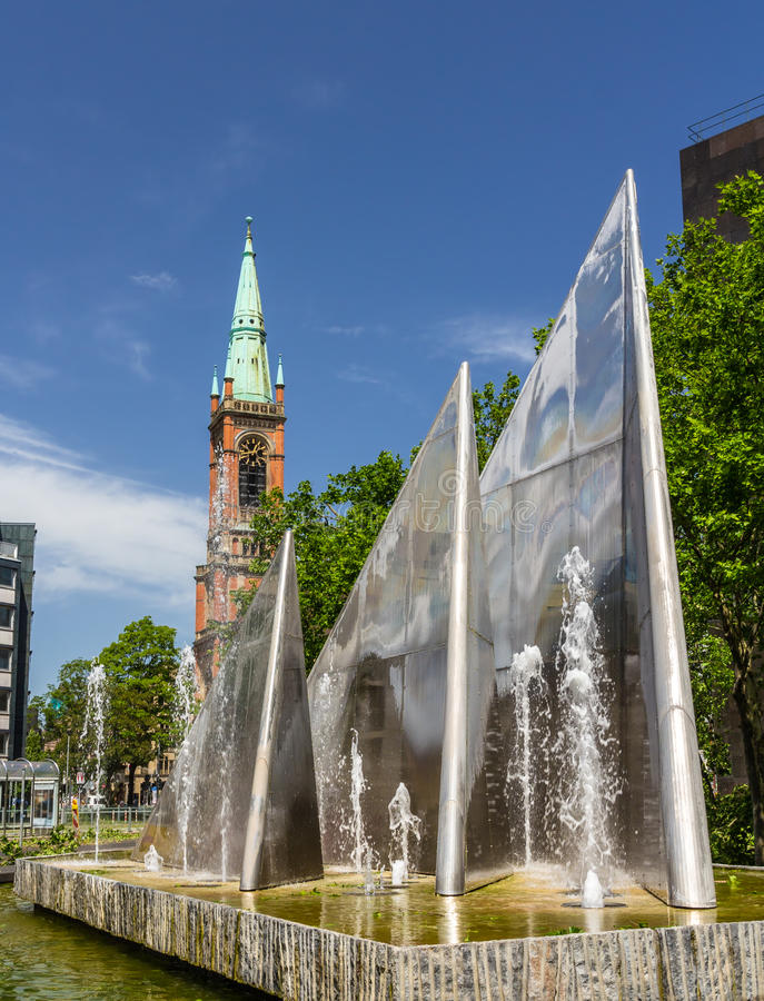 Fuente moderna en Düsseldorf, Alemania imagen de archivo libre de regalías