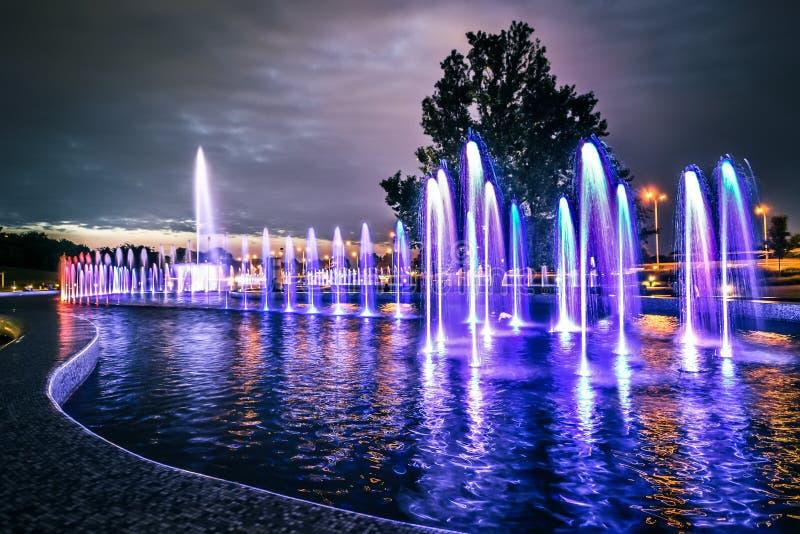 Fuente musical colorida en Varsovia imagenes de archivo