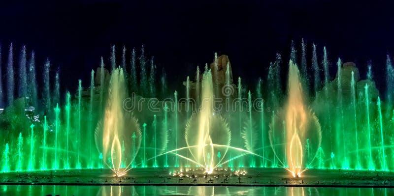 Fuente musical con iluminaciones coloridas foto de archivo libre de regalías