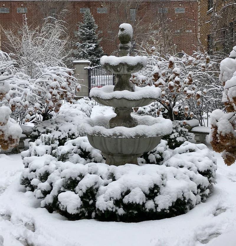 Fuente nevada del patio fotos de archivo