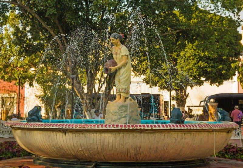 Fuente preciosa con la escultura mexicana de la mujer imagenes de archivo