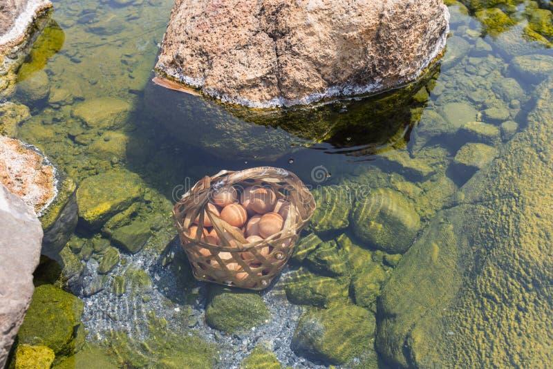 Fuente termal de los huevos de ebullición imagen de archivo