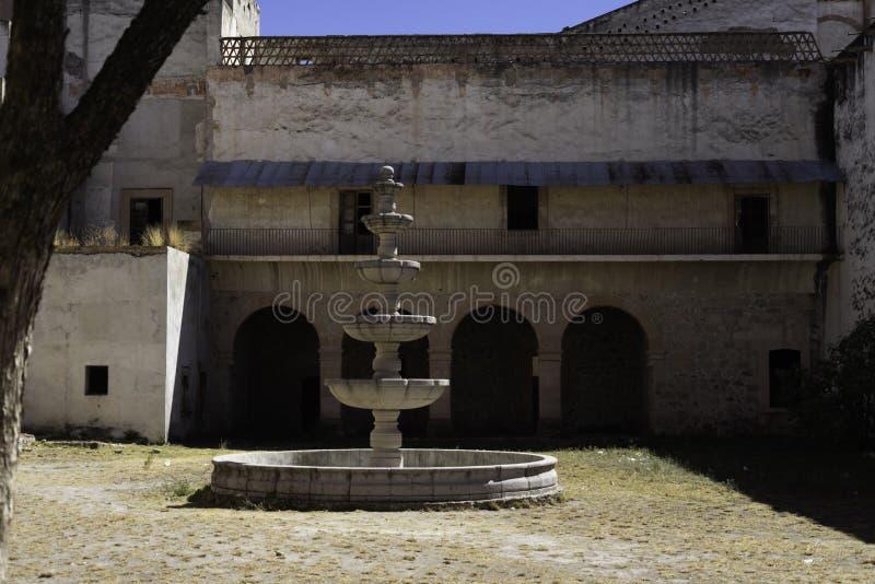 Fuente todavía que se coloca en casa colonial en México foto de archivo libre de regalías