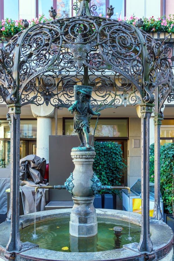 Fuente vieja con una figura humana de un agua-portador, Zurich, Swit fotografía de archivo