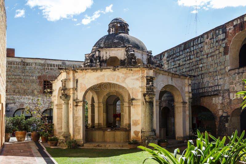 Fuente vieja en la parte colonial histórica de la ciudad de Oaxaca foto de archivo libre de regalías