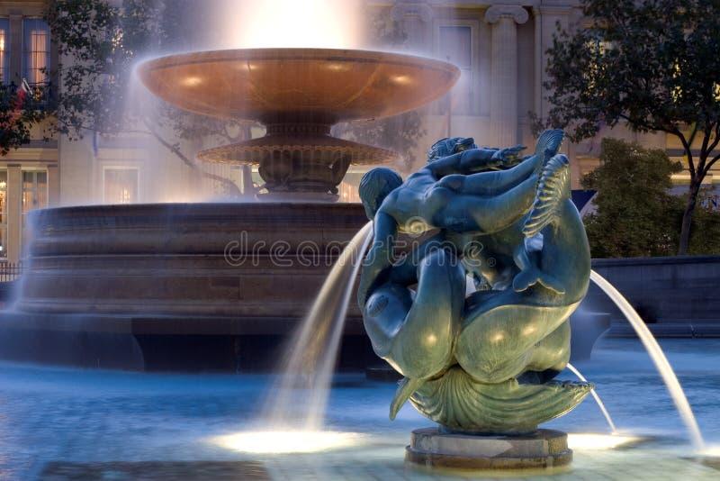 Fuente y estatua fotografía de archivo
