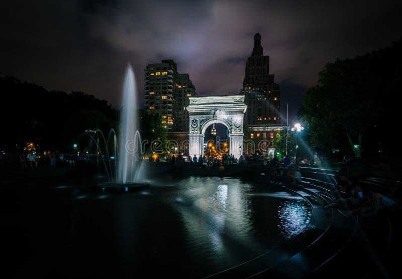 Fuente y Washington Arch en la noche, en Washington Square fotografía de archivo