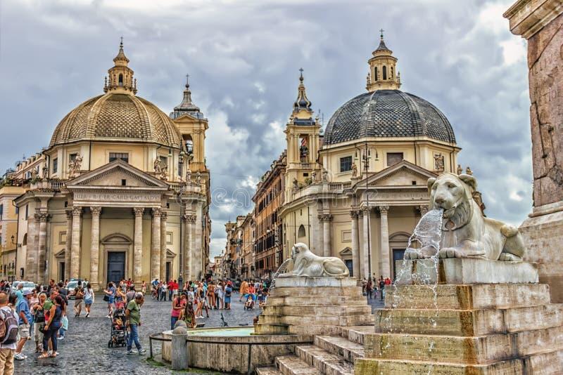 Fuentes alrededor del obelisco y de las iglesias egipcios del dei Miracoli de Santa Maria y Santa Maria di Montesantom en Piazza  foto de archivo libre de regalías