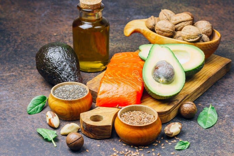 Fuentes animales y vegetales de los ácidos omega-3 como salmones, aguacate, linaza, aceite, nueces, semillas del chia, espinaca foto de archivo
