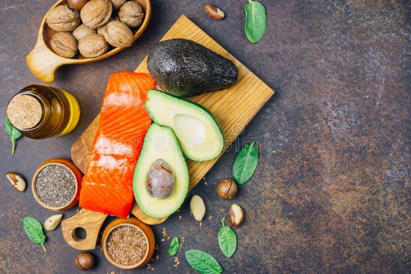 Fuentes animales y vegetales de los ácidos omega-3 como salmones, aguacate, linaza, aceite, nueces, semillas del chia, espinaca imagenes de archivo