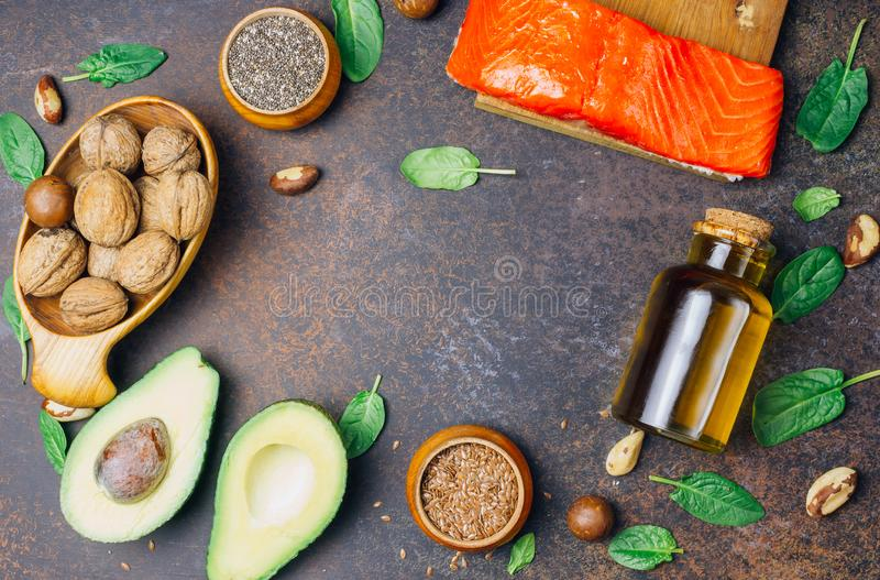 Fuentes animales y vegetales de los ácidos omega-3 como salmones, aguacate, linaza, aceite, nueces, semillas del chia, espinaca imágenes de archivo libres de regalías