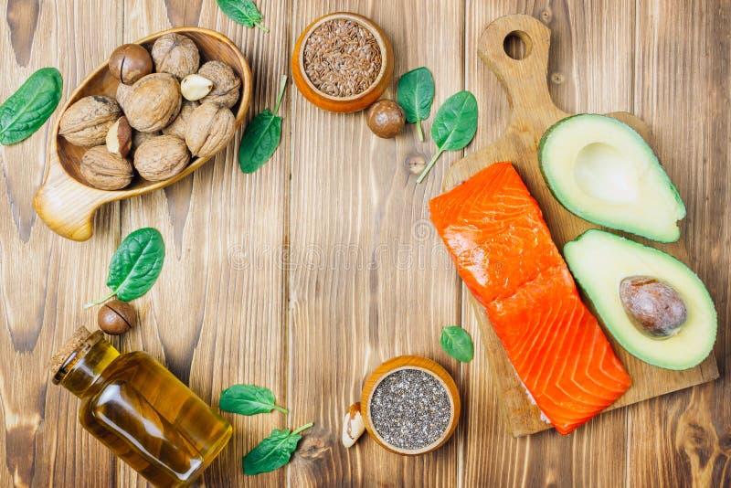 Fuentes animales y vegetales de los ácidos omega-3 como salmones, aguacate, linaza, aceite, nueces, semillas del chia, espinaca fotos de archivo libres de regalías
