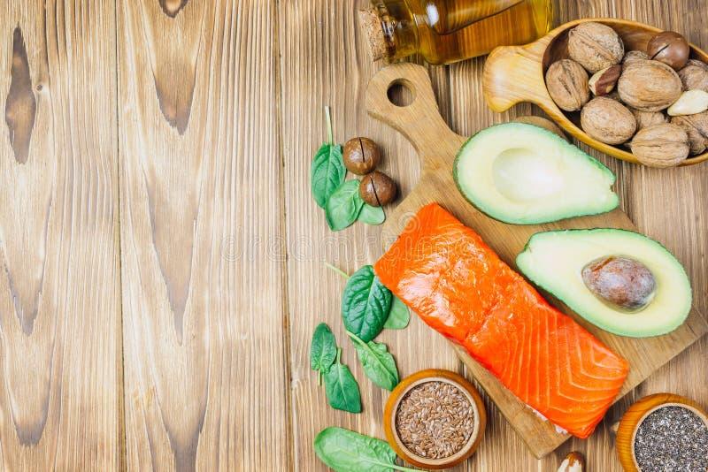 Fuentes animales y vegetales de los ácidos omega-3 como salmones, aguacate, linaza, aceite, nueces, semillas del chia, espinaca foto de archivo libre de regalías
