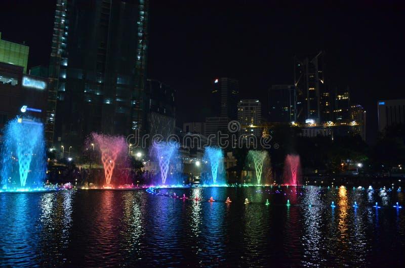 Fuentes coloreadas canto por la tarde en la oscuridad Kuala Lump fotos de archivo libres de regalías