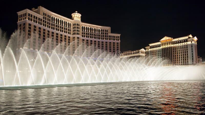 Fuentes de Bellagio por noche en Las Vegas foto de archivo