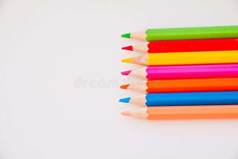 Fuentes de dibujo: l?pices clasificados del color, aislados en el fondo blanco L?pices coloridos De nuevo a escuela Concepto de l imagen de archivo libre de regalías