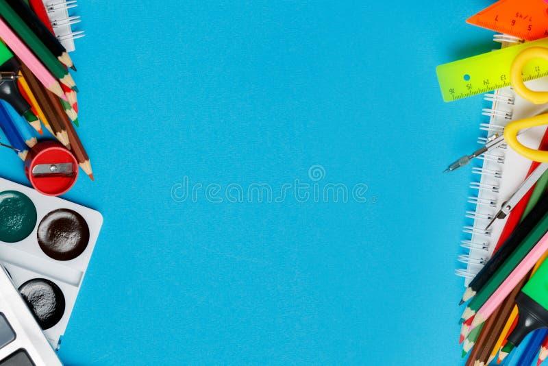 Fuentes de dirección de la escuela en fondo azul fotos de archivo