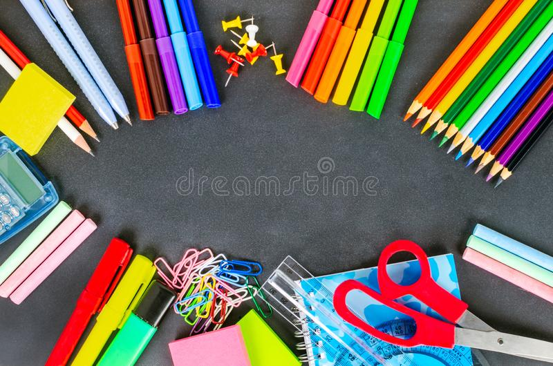 Fuentes de escuela coloridas en una pizarra fotos de archivo