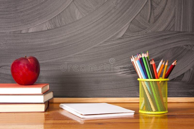 Fuentes de escuela con la pizarra imagen de archivo libre de regalías