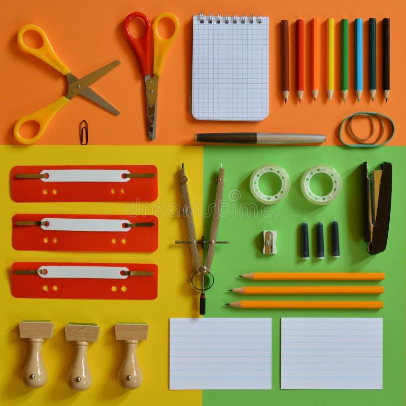 Fuentes de escuela en el cartón colorido como cuadrado foto de archivo