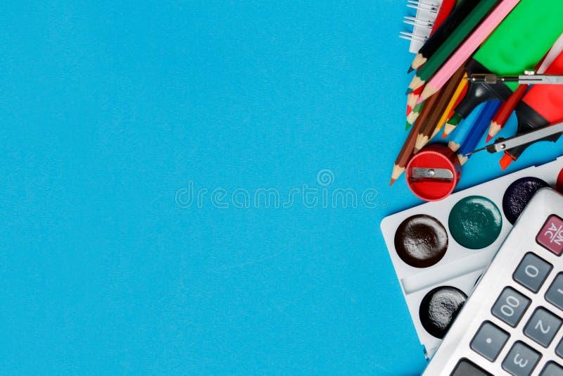 Fuentes de escuela en el fondo azul listo para su diseño Visión superior foto de archivo