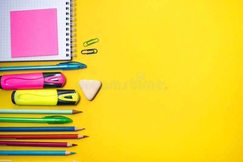 Fuentes de escuela en fondo amarillo foto de archivo