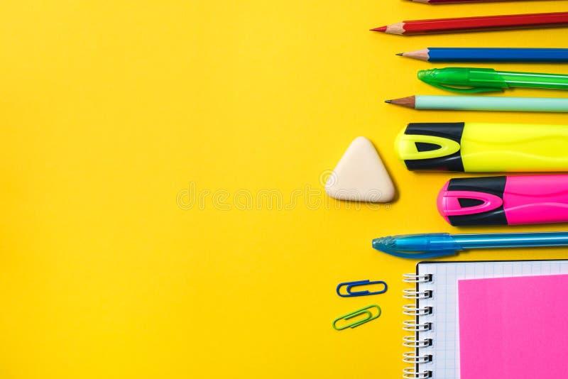 Fuentes de escuela en fondo amarillo imagenes de archivo