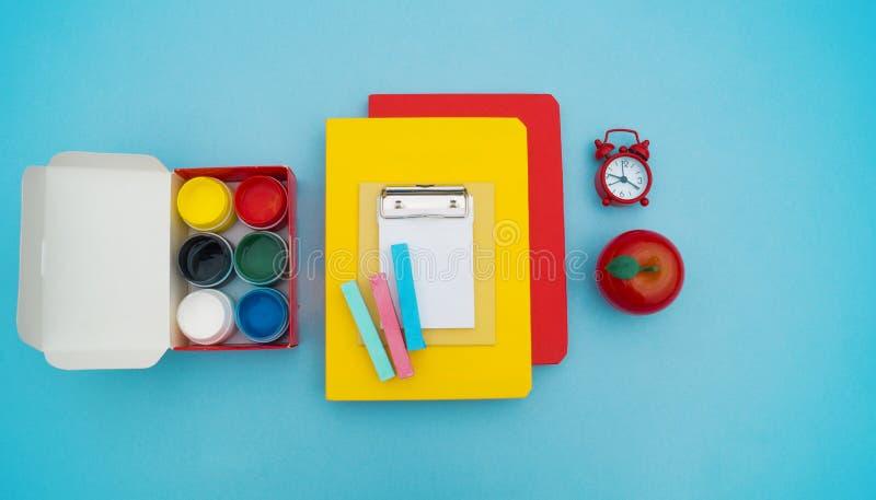 Fuentes de escuela en fondo azul De nuevo a escuela kindergarten fotos de archivo libres de regalías