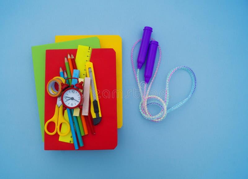 Fuentes de escuela en fondo azul De nuevo a escuela kindergarten imagenes de archivo