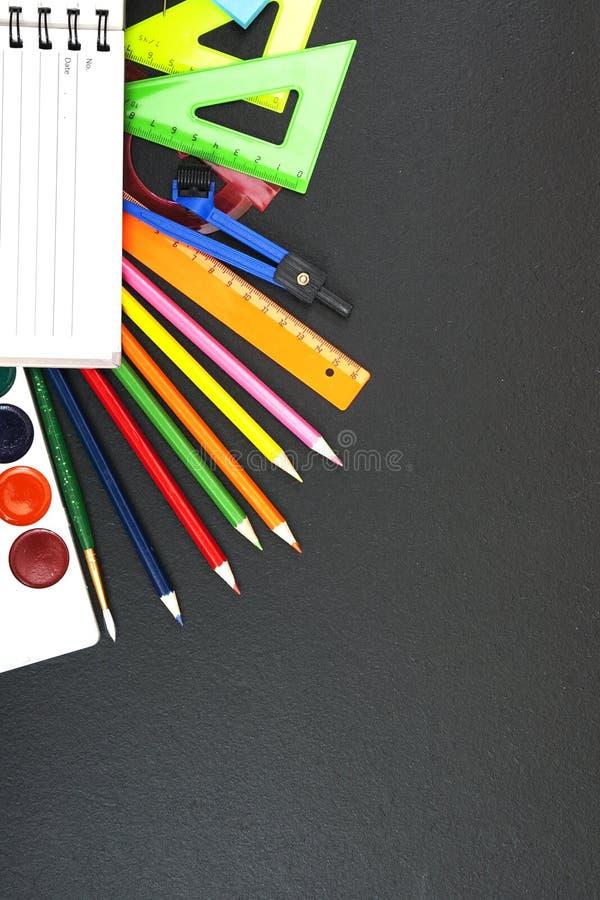Fuentes de escuela en fondo de la pizarra con el copyspace para su texto, diseño De nuevo al concepto de la escuela para la bande fotografía de archivo