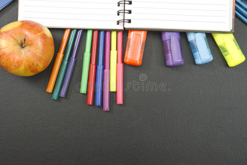 Fuentes de escuela en fondo de la pizarra con el copyspace para su texto, diseño De nuevo al concepto de la escuela para la bande fotos de archivo libres de regalías