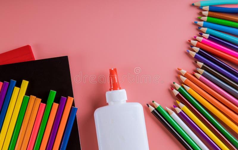 Fuentes de escuela en fondo rosado, de nuevo a escuela fotos de archivo