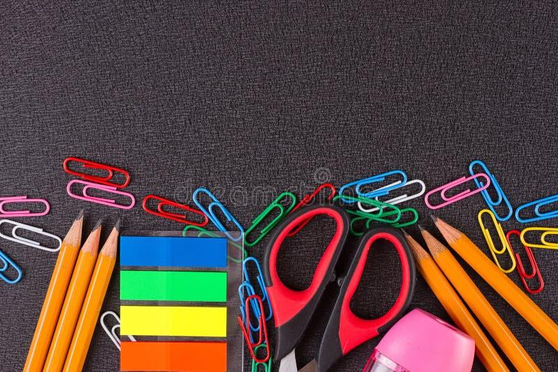 Fuentes de escuela en la pizarra imagen de archivo