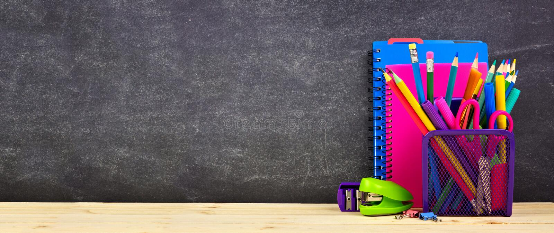 Fuentes de escuela en un escritorio de madera con el fondo de la pizarra De nuevo a escuela Copie el espacio bandera fotos de archivo libres de regalías