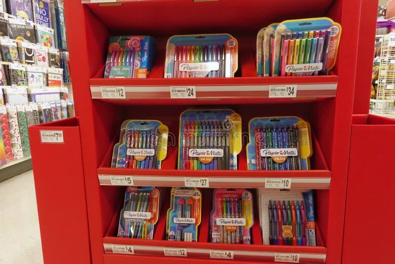 Fuentes de escuela en una tienda al por menor local imagen de archivo