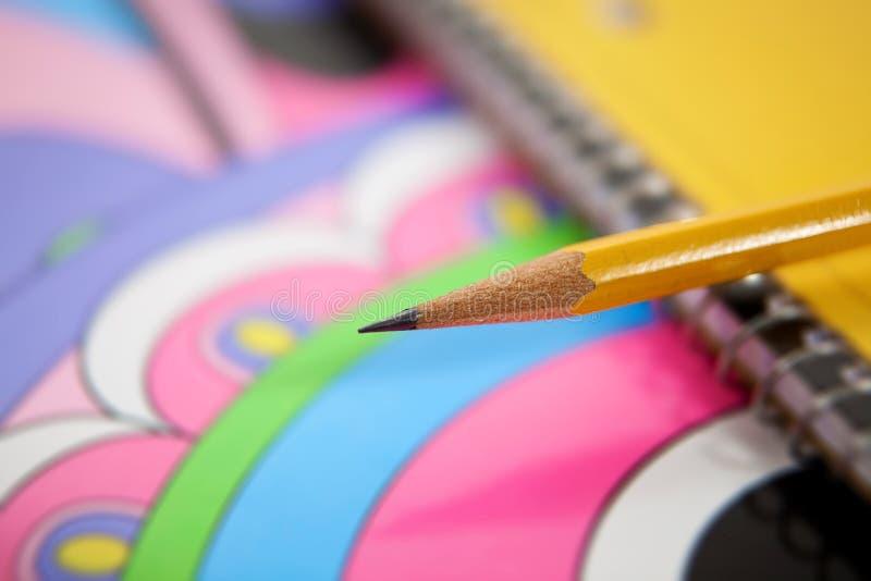 Fuentes de escuela, foco en la extremidad del lápiz foto de archivo libre de regalías