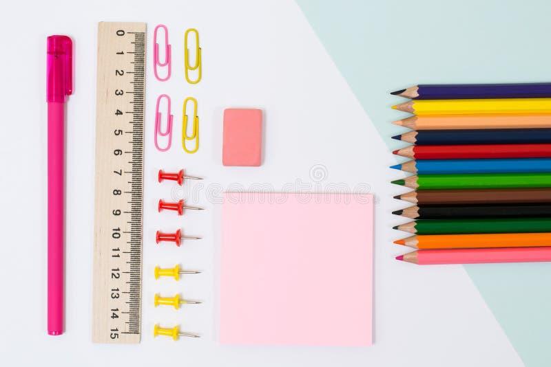 Fuentes de escuela Foto de la visión superior de etiquetas engomadas, de los clips de papel y del perno foto de archivo libre de regalías