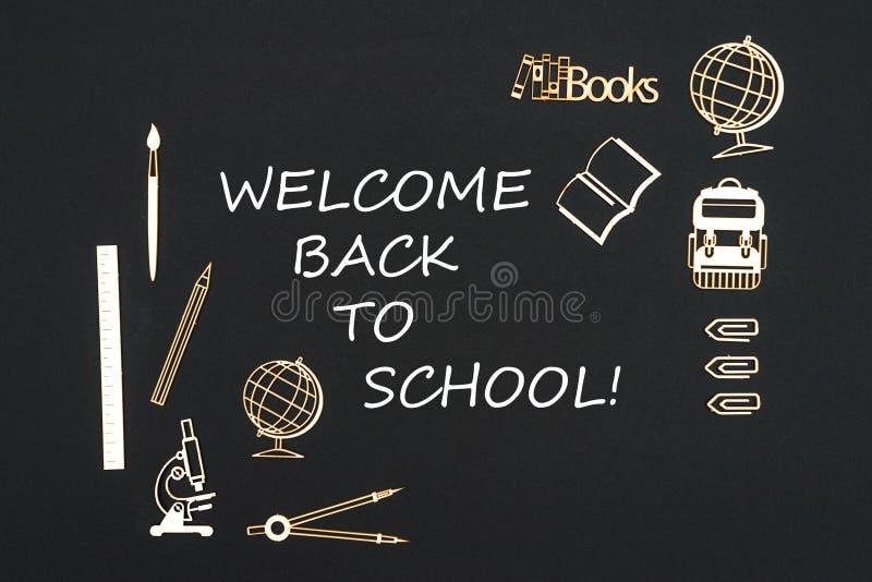 Fuentes de escuela puestas en fondo negro con la recepción del texto de nuevo a escuela fotografía de archivo libre de regalías