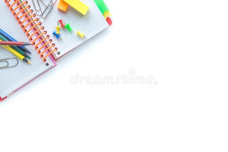 Fuentes de la escuela y de oficina en el fondo blanco Copyspace Visi?n superior imágenes de archivo libres de regalías