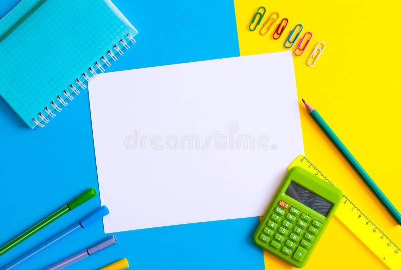 Fuentes de la escuela y de oficina Opini?n superior del espacio de trabajo, espacio de la copia Oficina del escritorio con el l?p imagen de archivo libre de regalías