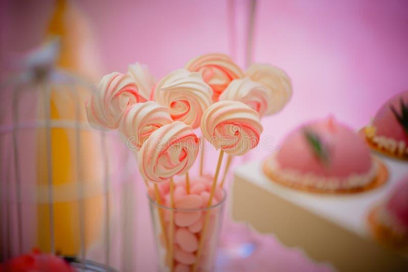 Fuentes de la fiesta de cumpleaños esquina dulce con la torta, los polos, las galletas y el caramelo foto de archivo