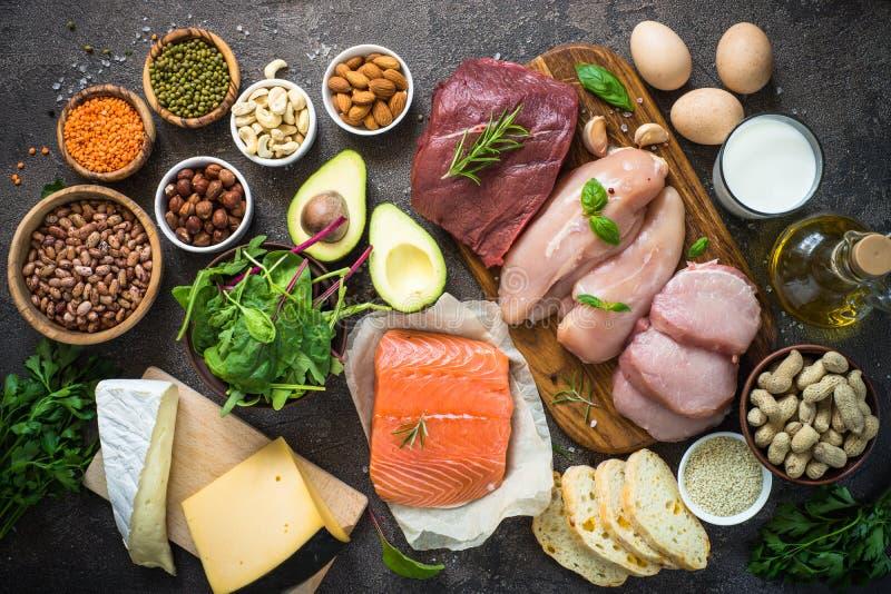 Fuentes de la proteína - carne, pescados, queso, nueces, habas y verdes fotos de archivo libres de regalías